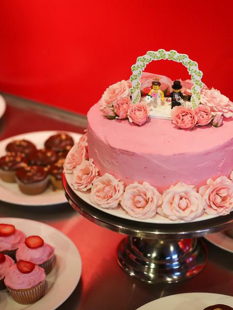wedding cake strawberry pink with fresh roses